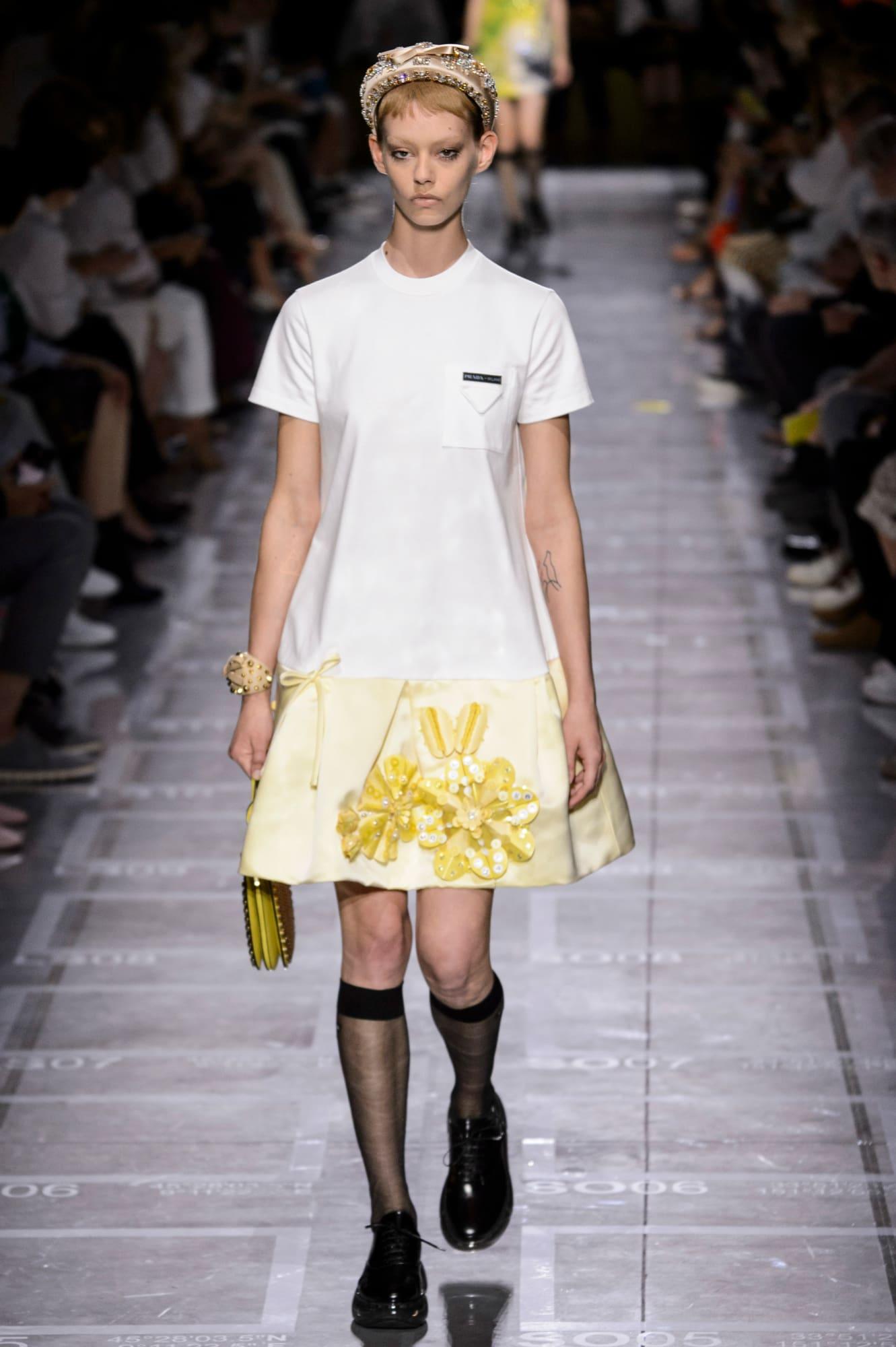 Retro kolekciu tvorili mladícke šaty z plachtoviny. Tento materiál bude  taktiež trendom sezóny jar leto 2019. 5e7c938e7b2