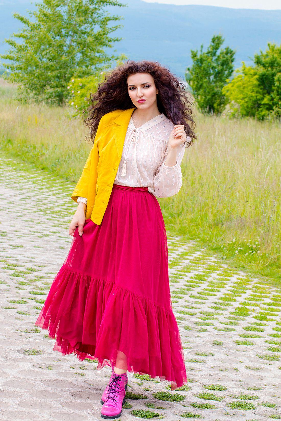 76482a441 Maxi volánová sukňa – jarná farebná inšpirácia s koženými bundami a  farebnými sakami